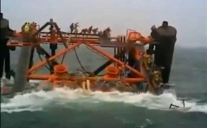 O platformă petrolieră se scufundă în Golful Persic. Câţiva oameni se aflau încă la bord