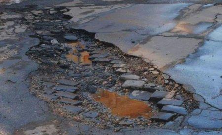 Nici nu s-a curăţat bine zăpada, că drumurile s-au umplut de... gropi