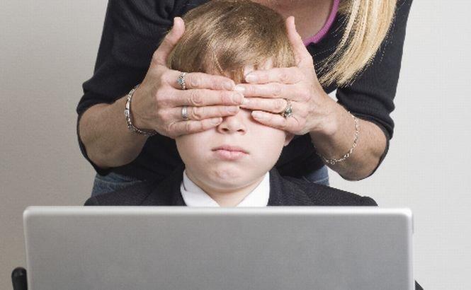 Studiul care arată ce face copilul tău pe internet atunci când nu eşti atent. Care sunt PERICOLELE  din mediul online