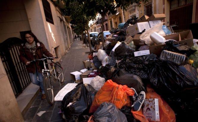 Unul dintre cele mai pitoreşti oraşe din Spania este SUFOCAT de gunoaie