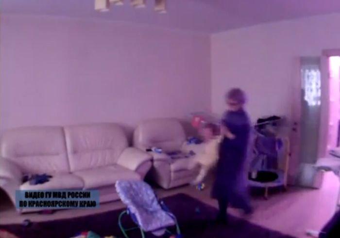 E de-a dreptul înfricoşător ce-i face această bonă unui bebeluş de 1 an. Părinţii au înmărmurit când au văzut înregistrarea