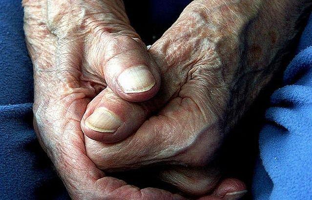 Zeci de bătrâni au rămas fără economiile de-o viaţă. Au fost înşelaţi de casiera unei bănci