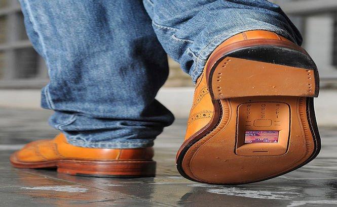 Nou gadget la modă! Se poartă pantofii cu smartphone integrat