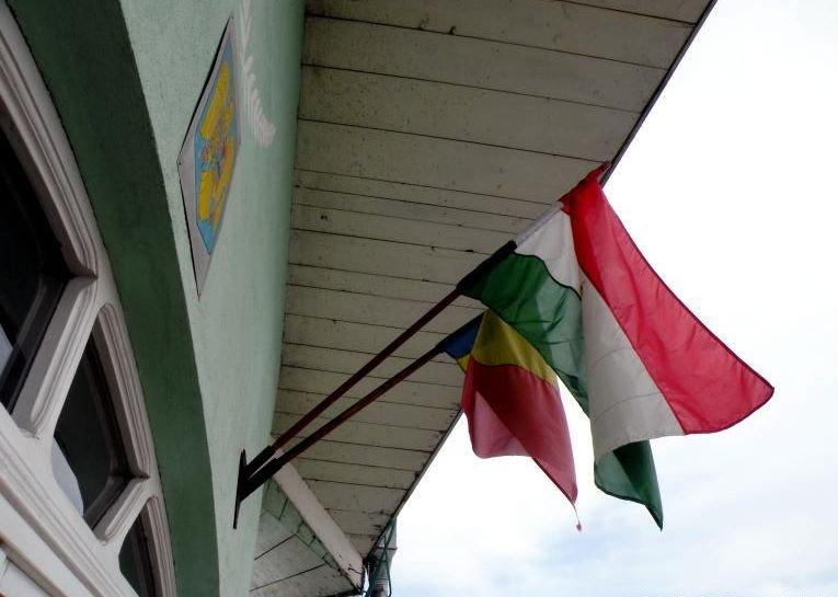 Primar din Harghita, AMENDAT după ce a arborat un drapel roşu-alb-verde pe clădirea Primăriei
