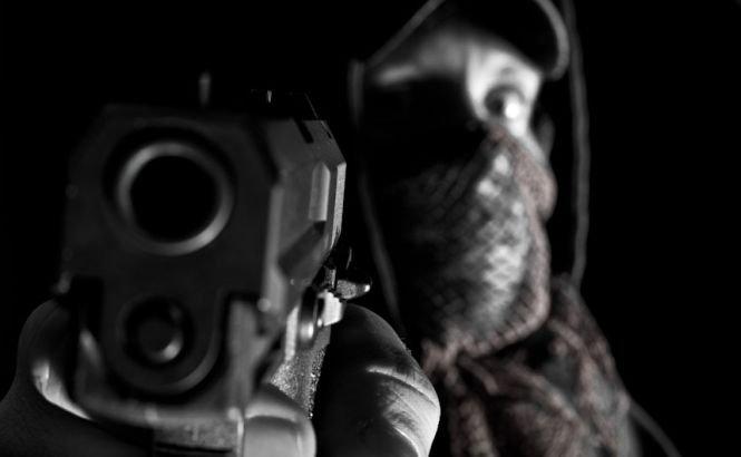 Atacatorul din Vitan, filmat la Londra. Imagini terifiante din timpul atacului. Şase focuri de armă, trase într-un bancher