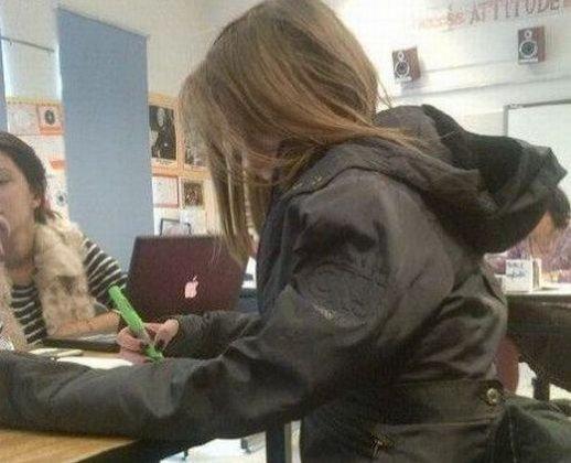Ce făcea eleva asta cu mâna pe sub bancă, în timp ce colegii ei dădeau un test. Profesorul supraveghea de la catedră