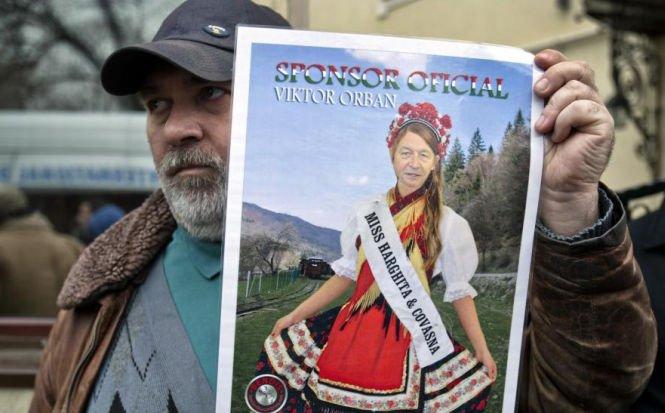 """Protest cu """"Deşteaptă-te, române!"""" în faţa ambasadei Ungariei. Cine sunt cei care """"i-au amintit ambasadorului"""" în ce ţară se află"""