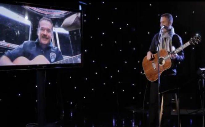 Primul cântec înregistrat în spaţiu, un duet între un astronaut şi un muzician