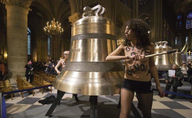 """""""Acţiune topless"""" în catedrala Notre-Dame. Cum sărbătoresc militantele Femen plecarea Papei"""