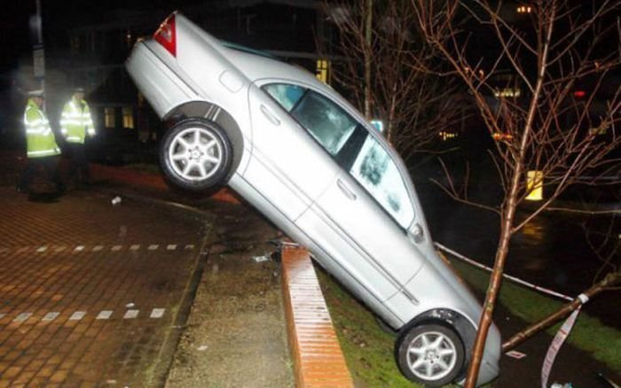"""Voia să îşi ia carnetul de şofer la 36 de ani. Iată ce parcare """"laterală"""" a făcut. Cine credeţi că era la volan? Bărbat sau femeie?"""