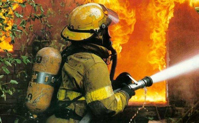 Incendiu URIAŞ la un depozit de 2000 de mp din Voluntari. Pompierii au intervenit cu 19 autospeciale