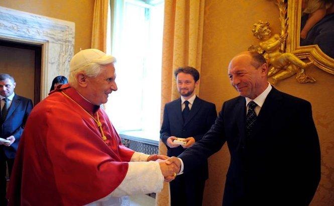 La Papa vine-un Marinar... Traian Băsescu a ajuns la Vatican. Ce cadou i-a dus Suveranului Pontif