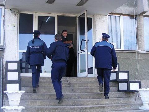 Doi ofiţeri din cadrul Poliţiei Sector 5, prinşi în flagrant luând mită