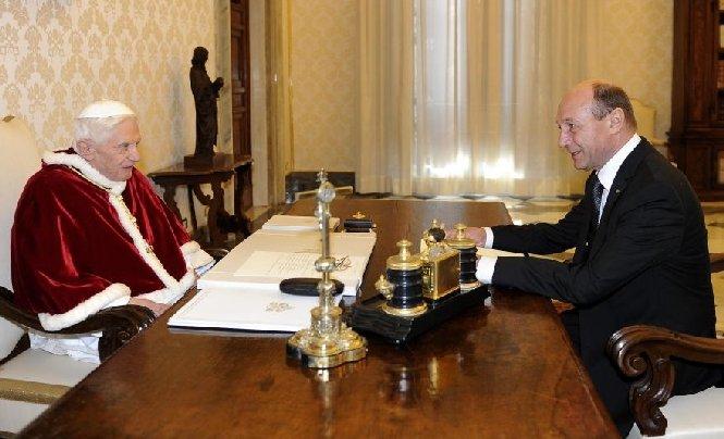 Preşedintele Traian Băsescu i-a înmânat Papei Benedict al XVI-lea o scrisoare din partea Patriarhului Daniel