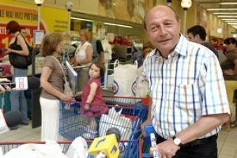 Traian Băsescu, la cumpărături: Au cam crescut preţurile