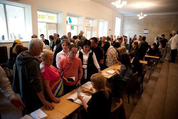 Armenii, chemaţi la urne pentru a-şi alege preşedintele. Cine este marele favorit
