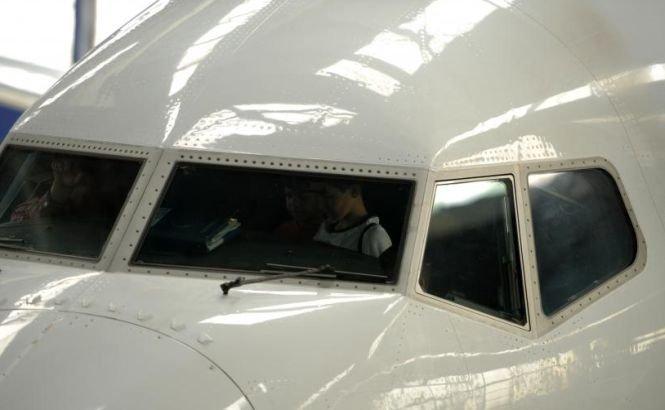 Ce pedeapsă riscă pilotul Tarom prins beat la manşa unui avion de pasageri. Procesul românului începe astăzi în Marea Britanie
