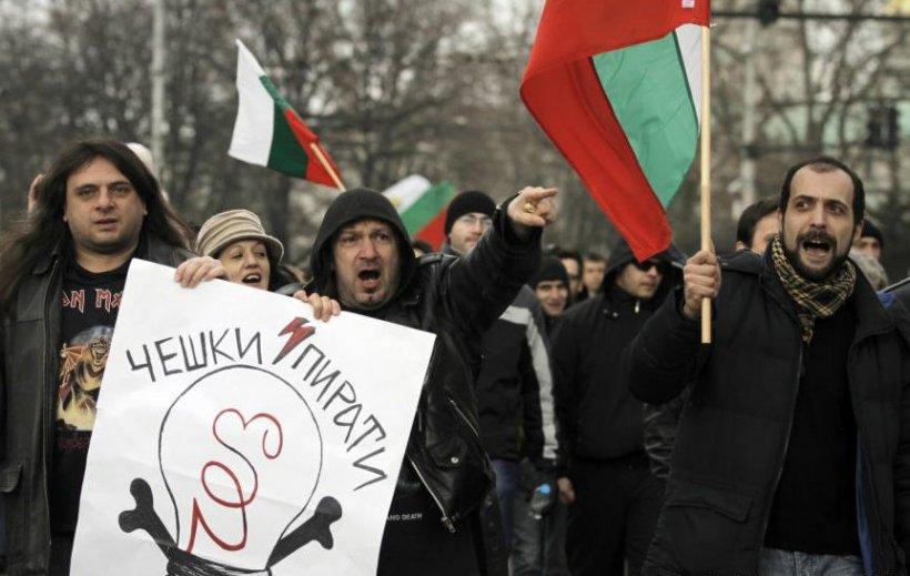 Demonstraţiile continuă în Bulgaria: Mii de manifestanţi au înconjurat sediul CEZ din Sofia