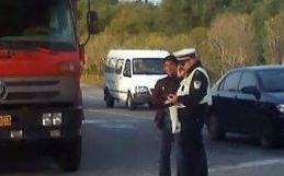 Nu-ţi va trece prin cap ce transporta acest şofer când a fost oprit de poliţişti. Toţi îl claxonau când treceau pe lângă el