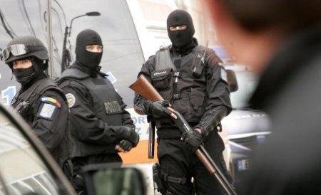 Arme de foc, săbii, droguri şi sume mari de bani, găsite la membrii grupării Sportivilor