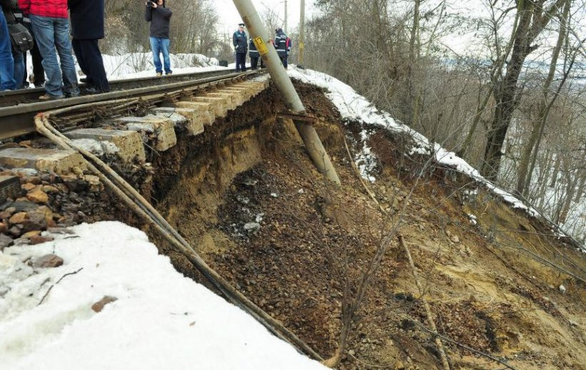 Trafic feroviar blocat între Galaţi şi Bârlad. Alunecările de teren au distrus calea ferată
