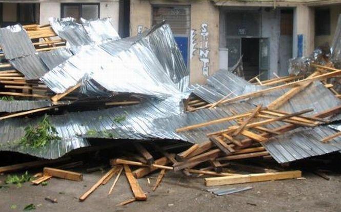 Vântul puternic provoacă pagube în Sibiu. Un bazin de înot a rămas fără acoperiş