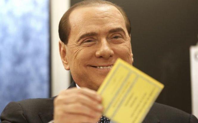 Ce a păţit Berlusconi când se ducea la vot. Trei femei dezbrăcate s-au năpustit asupra lui