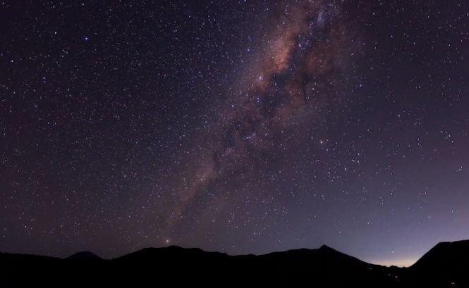 Imagini SPECTACULOASE. Măreţia vulcanilor activi din Indonezia, îmbinată cu frumuseţea cosmosului