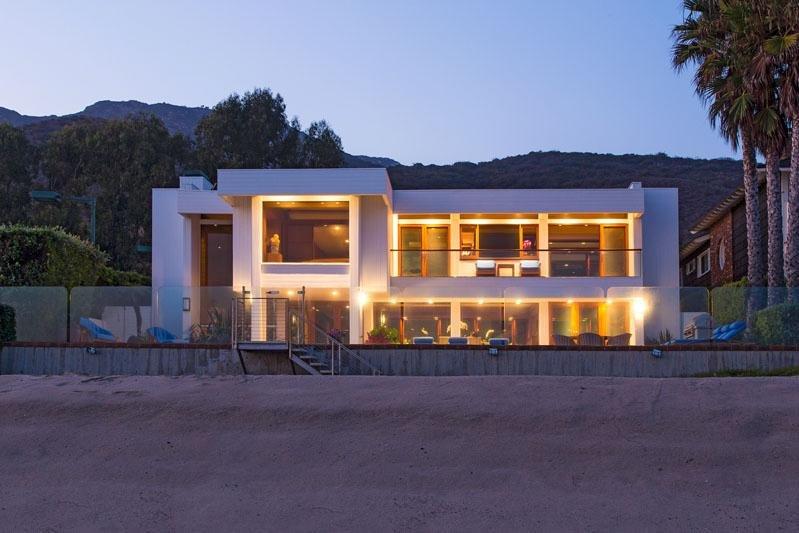 """Vilă de vânzare pe """"Plaja miliardarilor"""" din Malibu. Vezi cine locuieşte aici"""