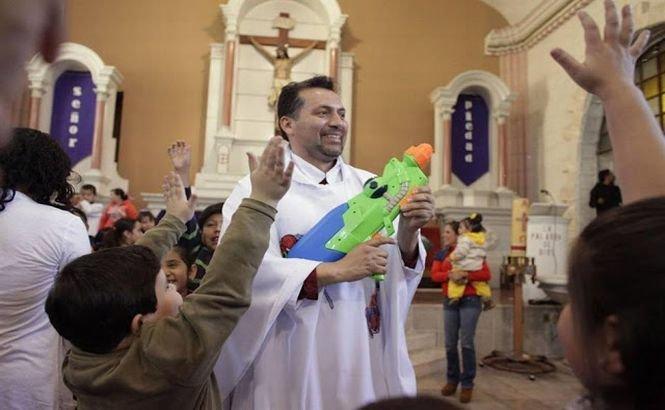 """""""Vrem să schimbăm protocolul slujbei"""". Preotul SPIDERMAN îi aduce pe copii la biserică"""
