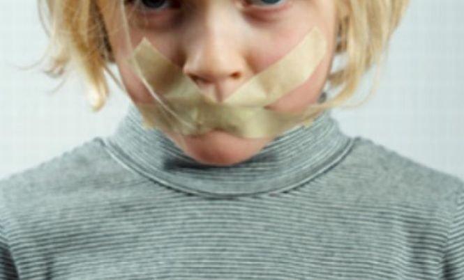 Educaţie în România. Copii ţinuţi cu scotch la gură, la grădiniţă