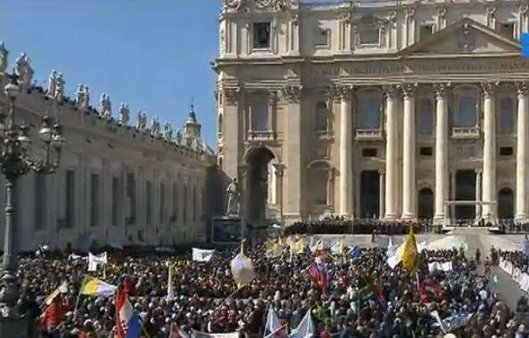 """Mii de oameni, în Piaţa Sfântul Petru pentru ultima audienţă a Papei. Sfântul Părinte evocă """"apele agitate"""" din perioada Pontificatului său"""