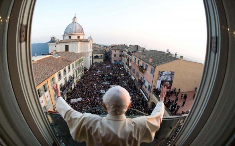 Benedict al XVI-lea, liniştit şi destins în prima zi după renunţarea la pontificat