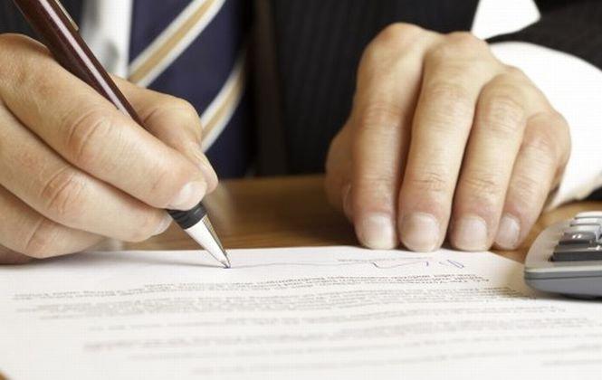 Până la jumătatea anului, clauzele abuzive din contractele bancare nu pot fi contestate în instanţă