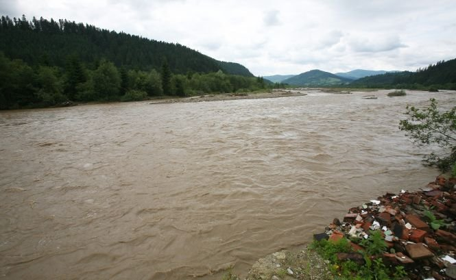 Cod portocaliu şi galben de inundaţii, pe mai multe râuri din 10 judeţe ale ţării