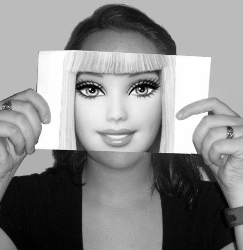 La frumuseţea ei au visat generaţii întregi de copile. IATĂ cum arată Barbie fără machiaj