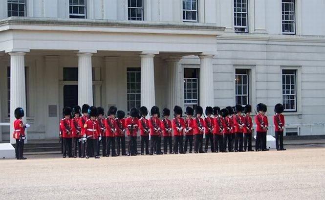 Regimentul de gardă al reginei Marii Britanii suferă de scabie