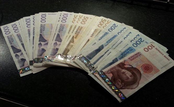 Doi adolescenţi norvegieni au returnat o geantă plină cu bani