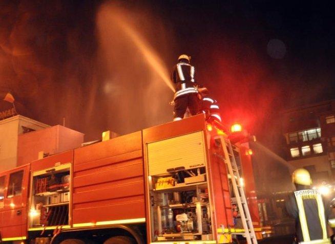 Incendiu puternic la un hotel din Moneasa. Turiştii au fost evacuaţi