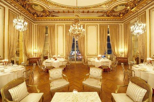 Un hotel de lux din Paris scoate la licitaţie mobilierul şi colecţia de vinuri, pentru a strânge fonduri în vederea restaurării