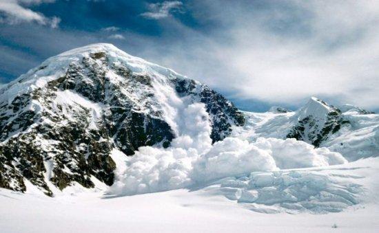 Risc de avalanşă în Masivul Bucegi. Turiştii sunt avertizaţi să nu se aventureze pe munte