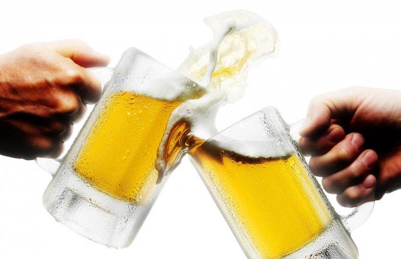 Vezi cât trebuie să muncească un român pentru o bere, comparativ cu restul europenilor