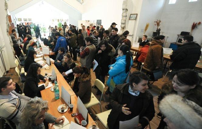 Sute de români s-au călcat în picioare pentru un loc de muncă