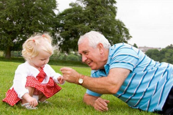 Propunere legislativă. Bunicii care au grijă de nepoţi ar putea primi bani de la stat