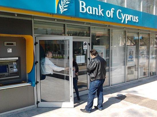 """Mii de clienţi din România ai Bank of Cyprus sunt disperaţi, după acest anunţ. """"E o bătaie de joc"""""""