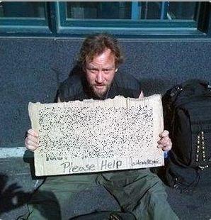 Ce a scris acest cerşetor pentru a le atrage atenţia trecătorilor. S-a umplut de bani!