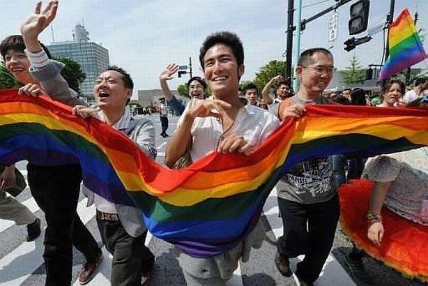 """Mii de oameni au ieşit în stradă în Japonia pentru """"Sărbătoarea curcubeului"""". Homosexualii s-au distrat în văzul tuturor"""