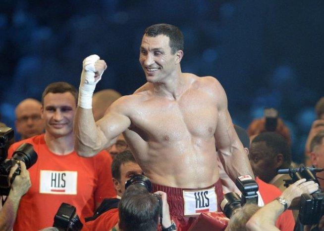 Vladimir Klitschko câştigă meciul cu Francesco Pianeta şi îşi păstrează centurile de campion mondial al greilor