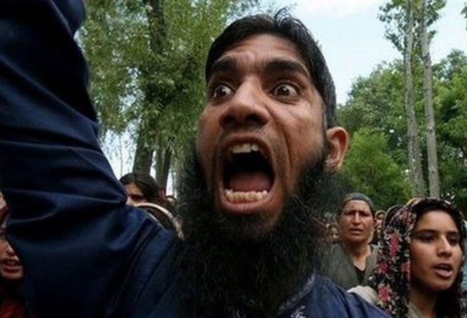 """Musulmanii din întreaga lume, îndemnaţi să """"atace interesele franceze"""""""