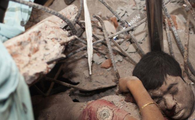 O îmbrăţişare în moarte obsedant de frumoasă! Cea mai emoţionantă fotografie a tragediei din Bangladesh